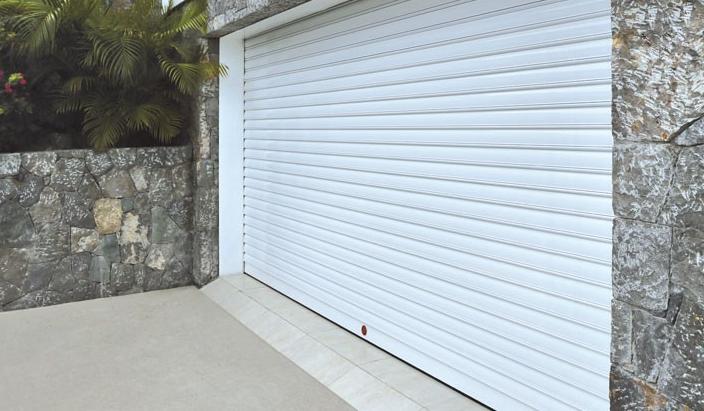 puerta de aluminio extrusionado blanca