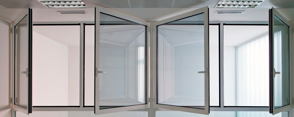 ventana abatible en blanco
