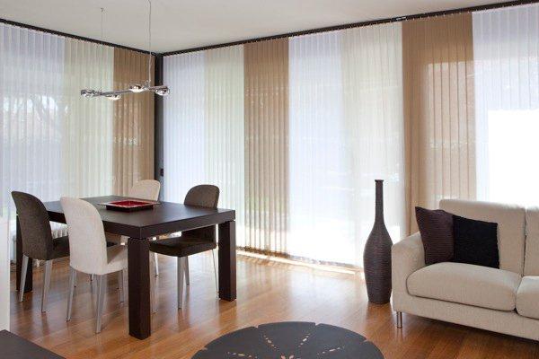 cortina vertical en salon